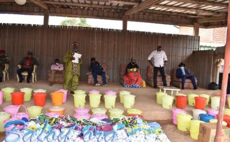 S.M. Fo'o La'a-Chui Djouaka Henri offre le matériel de lutte contre le COVID 19 à ses populations