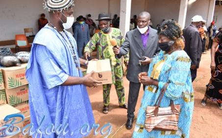 S.M. Fo'o Ndoh-Djutittsa Touni III MELAGA Jean-Paul, avec l'appui de ses élites, vient au secours des populations du village Ndoh-Djutitsa dans la lutte contre la COVID 19